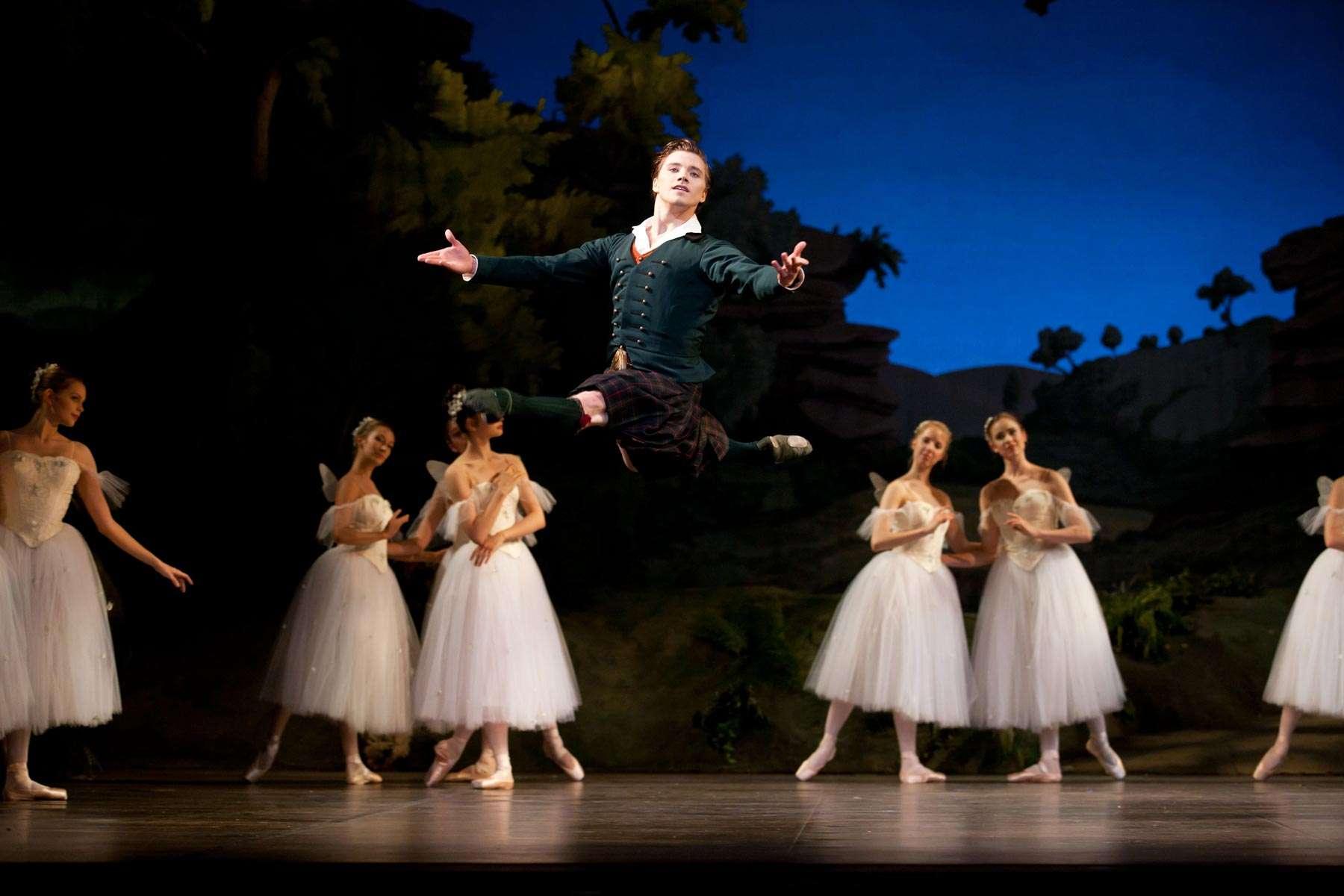 Alban Lendorf e il corpo di ballo in una scena de La Silfide