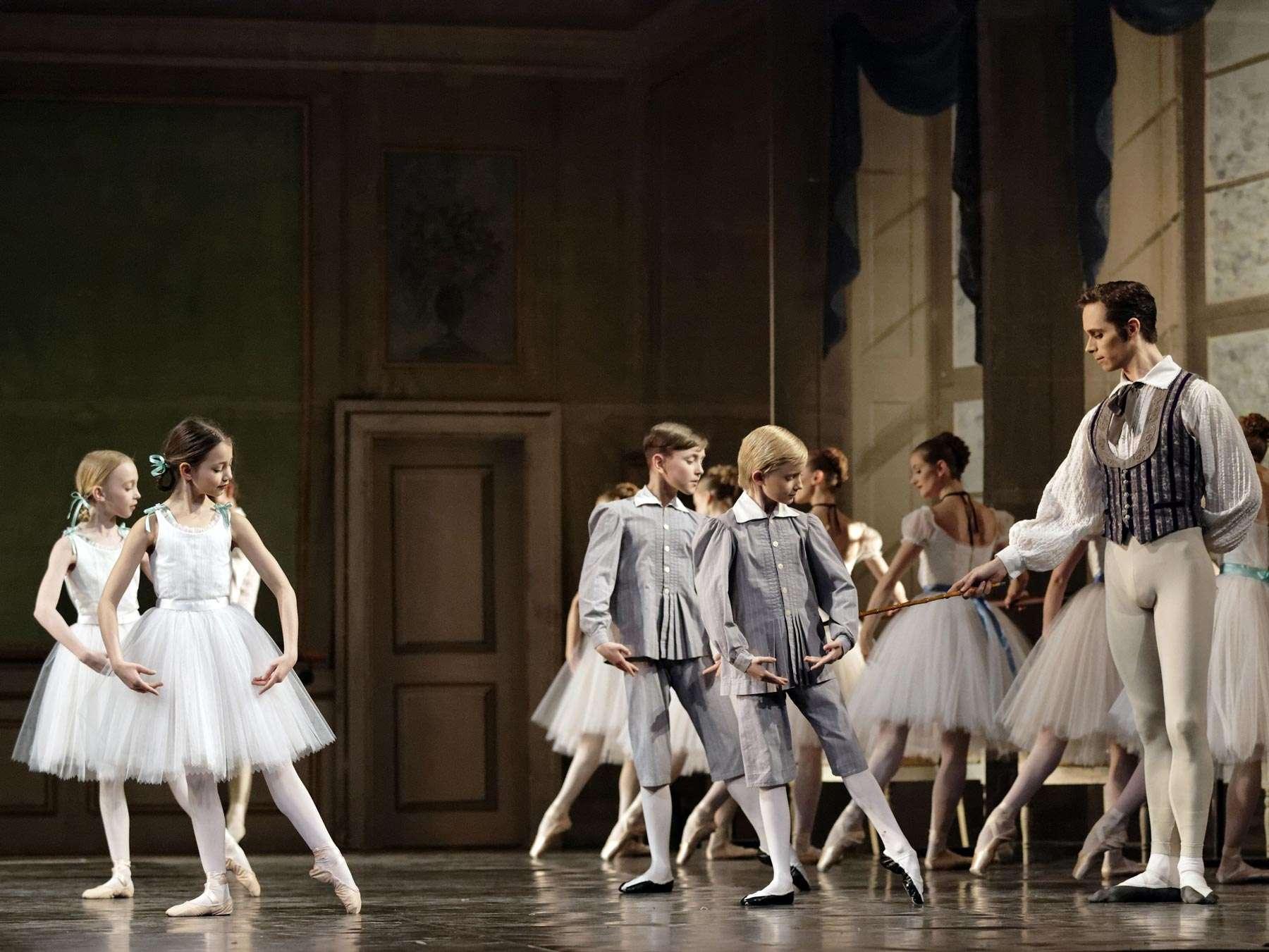 giovani ballerini imparano il metodo Bournonville