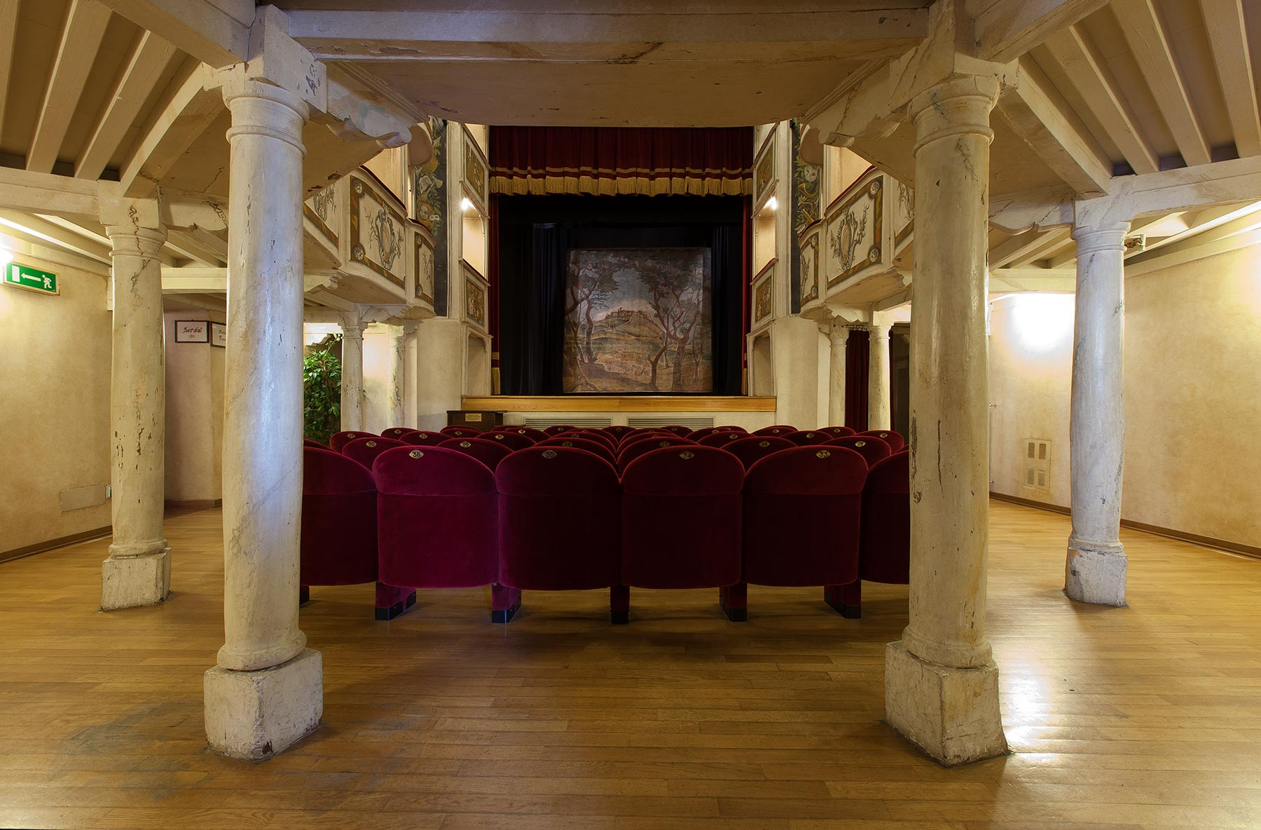 sala e palcoscenico del Teatro della Concordia Vibio