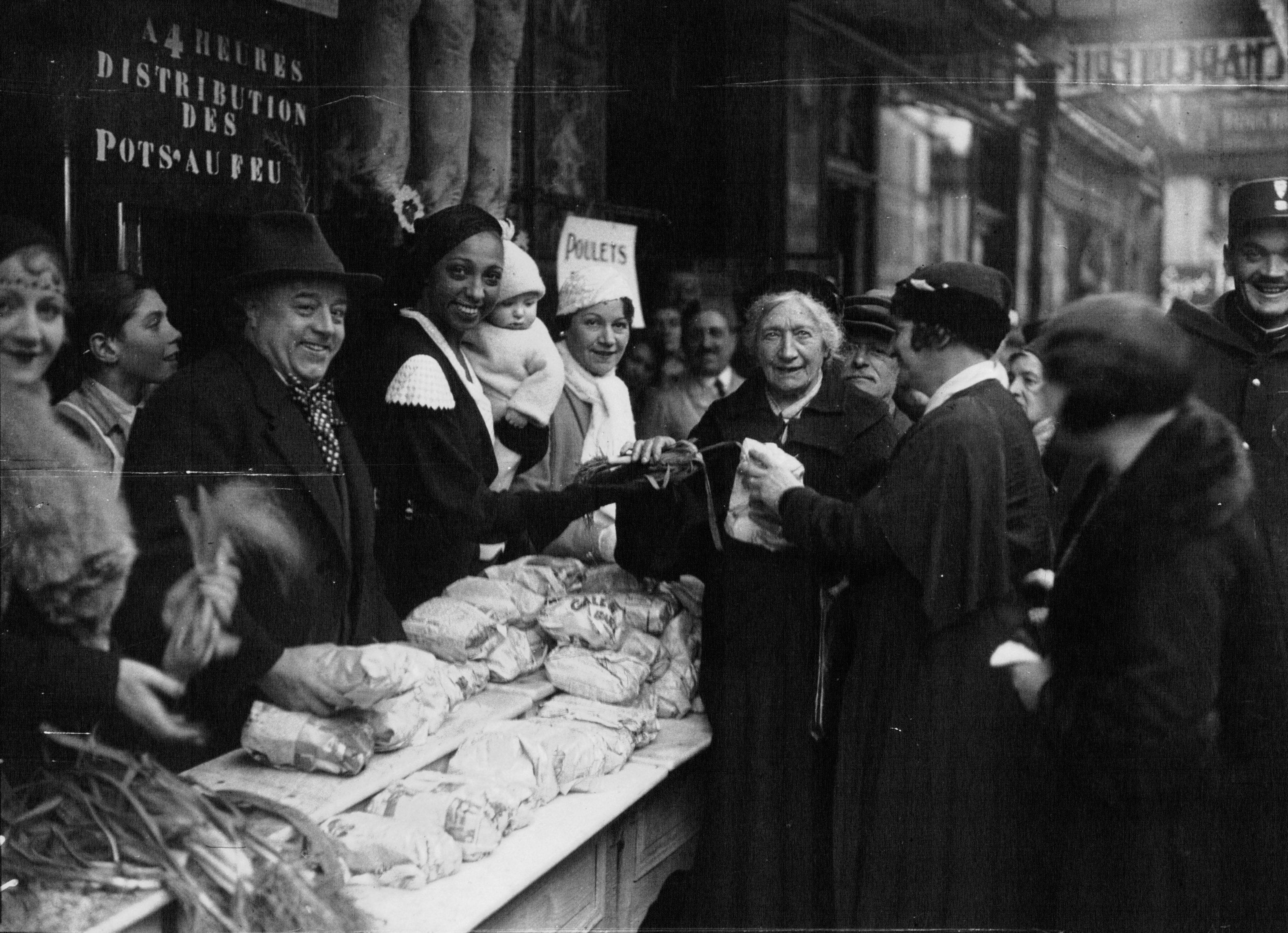 Josephine Baker distribuisce viveri